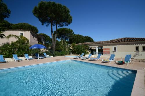 The swimming pool at or close to Résidence Prestige Odalys Le Clos Bonaventure