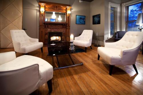 A seating area at Le Pleasant Hôtel & Café
