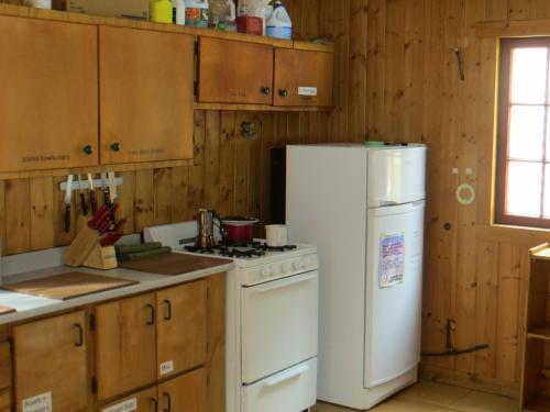 A kitchen or kitchenette at HI Rampart Creek Hostel