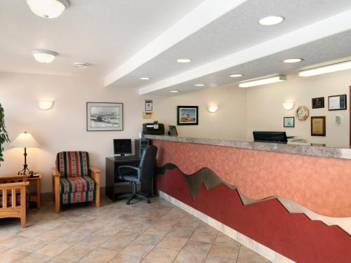 The lobby or reception area at Travelodge by Wyndham Drumheller AB