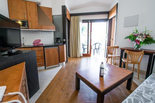 Een keuken of kitchenette bij HL Miraflor Suites Hotel