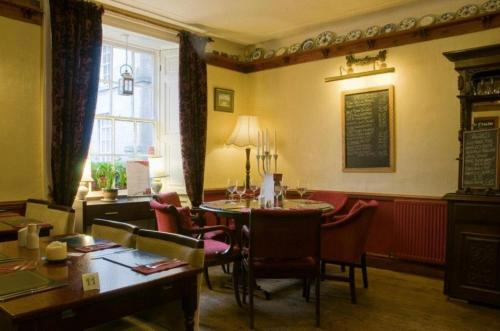 A restaurant or other place to eat at Kings Arms Hotel