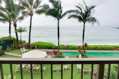 A view of the pool at Hale Napili or nearby