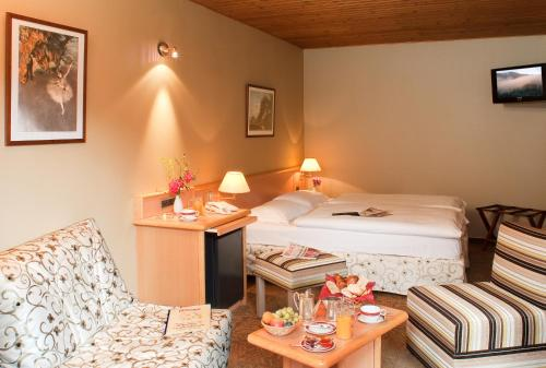 A bed or beds in a room at Logis Hostellerie Motel Au Bois Le Sire