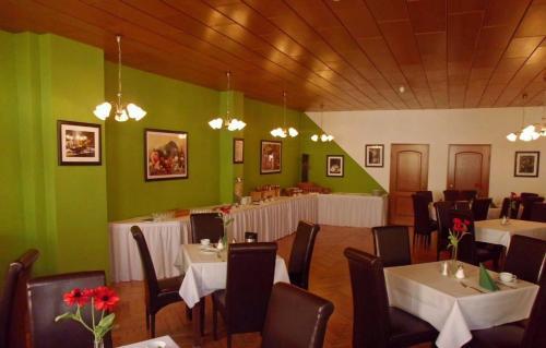 Ein Restaurant oder anderes Speiselokal in der Unterkunft Hotel garni am Thüringer KloßTheater
