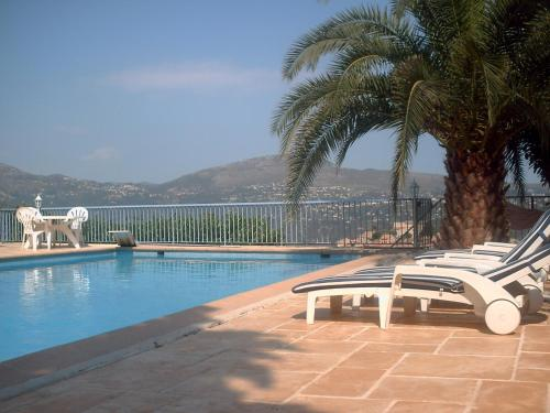 The swimming pool at or near Maison d'hôtes Escale d'Azur