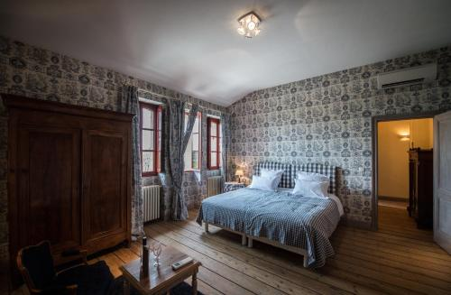 A bed or beds in a room at Château Giscours