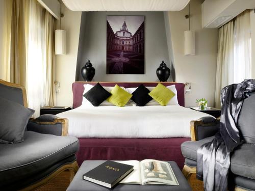 A bed or beds in a room at Mario De' Fiori 37