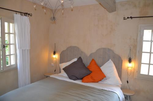 A bed or beds in a room at La Maison de Moustiers