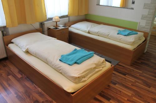 Кровать или кровати в номере Pension Central Nuernberg-Fuerth