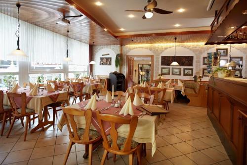 Ein Restaurant oder anderes Speiselokal in der Unterkunft Hotel Singender Wirt