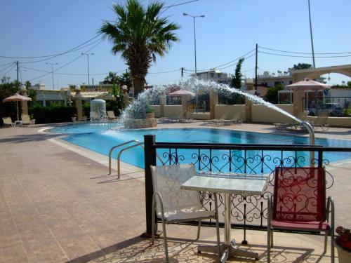 Der Swimmingpool an oder in der Nähe von Antonios Hotel