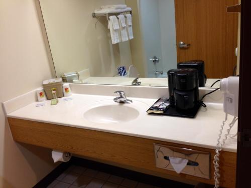 A bathroom at Super 8 by Wyndham Ava