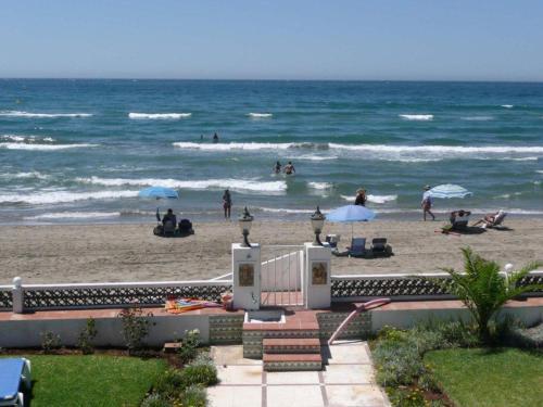 En strand vid eller i närheten av villan