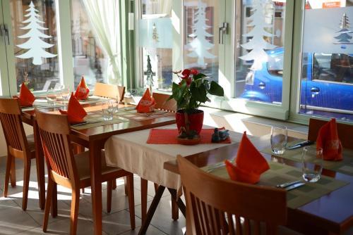 Ein Restaurant oder anderes Speiselokal in der Unterkunft Auberge Aux Deux Sapins