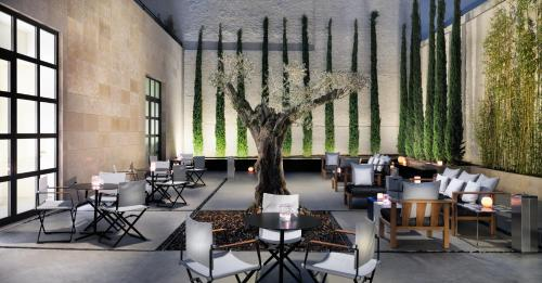 A restaurant or other place to eat at H10 Art Gallery 4* Sup