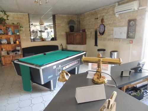 A pool table at Auberge des Charmilles