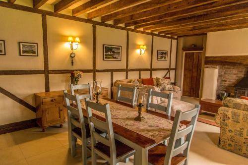 A restaurant or other place to eat at Silvermines Self Catering Accommodation