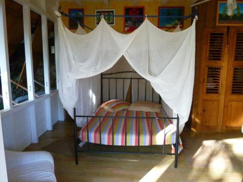 A bed or beds in a room at Les jardins de Cousinière