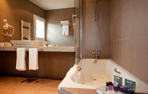 A bathroom at Hotel Rural Valdorba