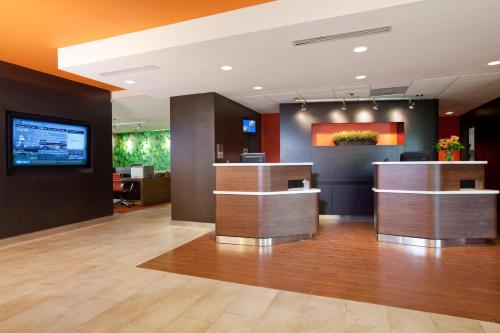 The lobby or reception area at Courtyard by Marriott Baton Rouge Acadian Centre/LSU Area