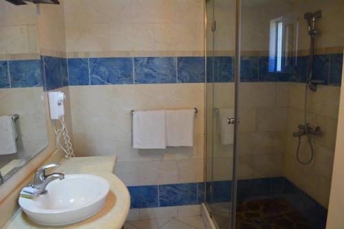 Een badkamer bij New Garden Hotel