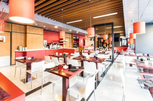 Um restaurante ou outro lugar para comer em Ibis Roma Fiera