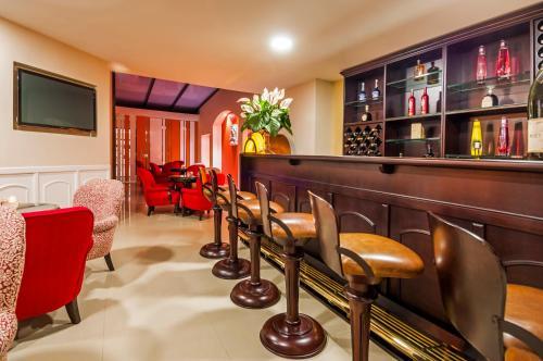 The lounge or bar area at Hotel Le Manoir Bogotá
