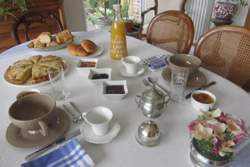 Breakfast options available to guests at Le Bout du Monde