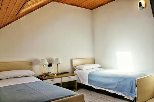 A bed or beds in a room at Albergo Hofer