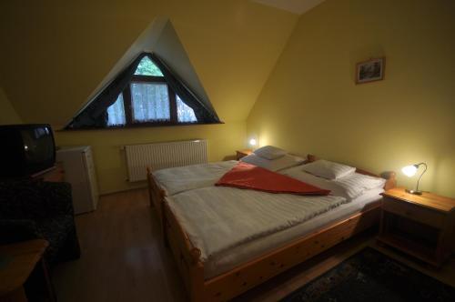 Кровать или кровати в номере Denis Hotel és Étterem