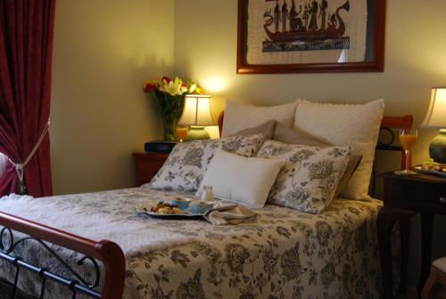 A bed or beds in a room at Cutmore Cottages - Highclaire House