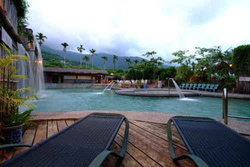 亞灣飯店的戶外休息區或室外區