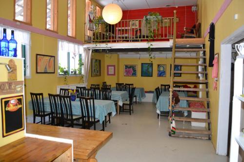 En restaurant eller et spisested på Renskaug Vertsgård