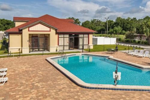 The swimming pool at or close to MAINGATE FLORIDA HOTEL