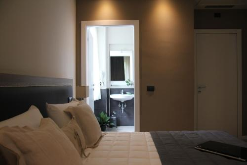 A bed or beds in a room at Hotel Zara Milano