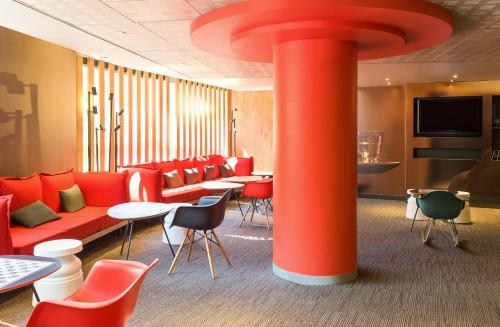 The lounge or bar area at ibis Nice Centre Gare