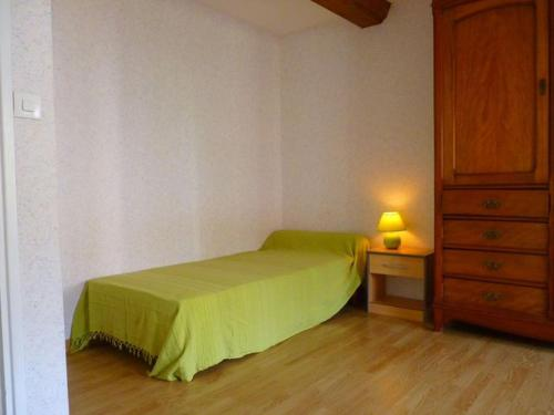 A bed or beds in a room at Maison ancienne entièrement rénovée pour 5 personnes