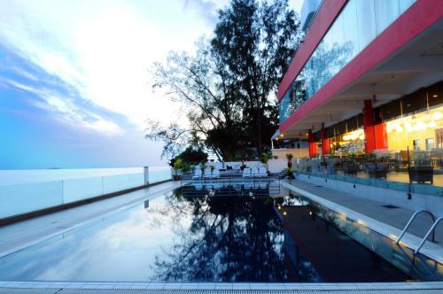 المسبح في Hotel Sentral Seaview @ Beachfront أو بالجوار
