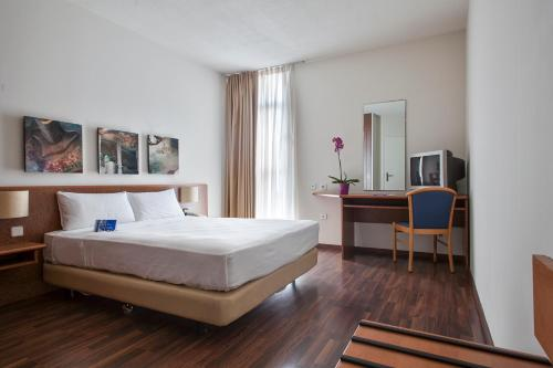 A bed or beds in a room at Quality Reus