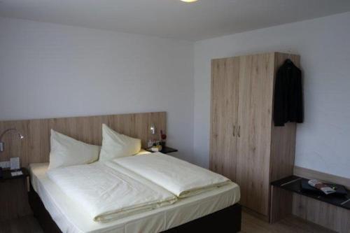 Ein Bett oder Betten in einem Zimmer der Unterkunft Eichenhof Hotel
