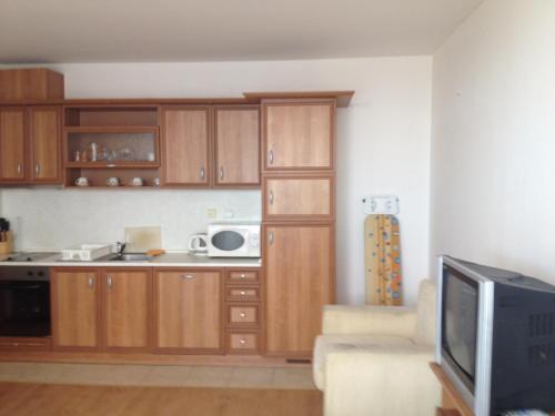 Кухня или мини-кухня в Levante Apartcomplex