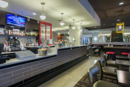 The lounge or bar area at Courtyard Los Angeles Westside