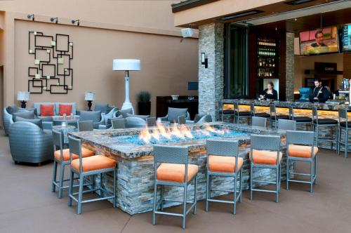 A restaurant or other place to eat at San Diego Marriott La Jolla