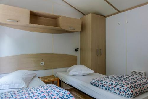 A bed or beds in a room at Camping Siena Colleverde