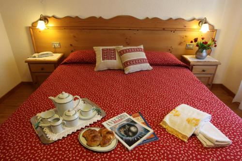 A bed or beds in a room at Hotel Aiguille Noire