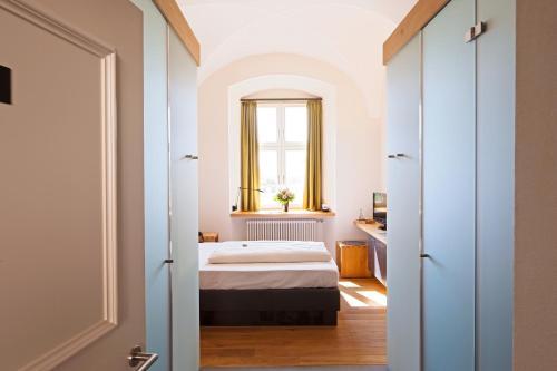 Ein Bett oder Betten in einem Zimmer der Unterkunft Hotel Kloster Holzen