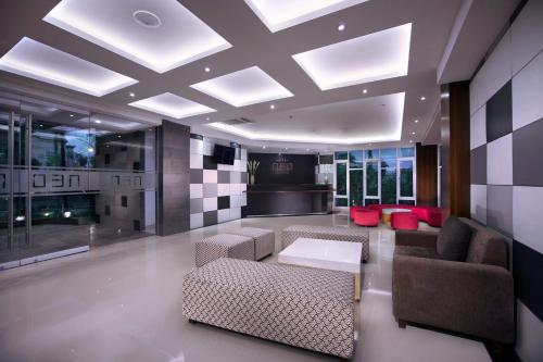 The lobby or reception area at Neo Denpasar by ASTON