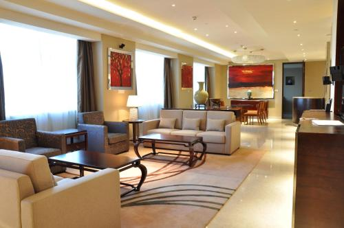 A seating area at Crowne Plaza Guangzhou City Centre, an IHG Hotel