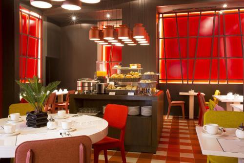 Restaurant ou autre lieu de restauration dans l'établissement Hotel D - Strasbourg - Room service disponible